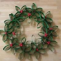 Corona de navidad con rollos de papel gastados